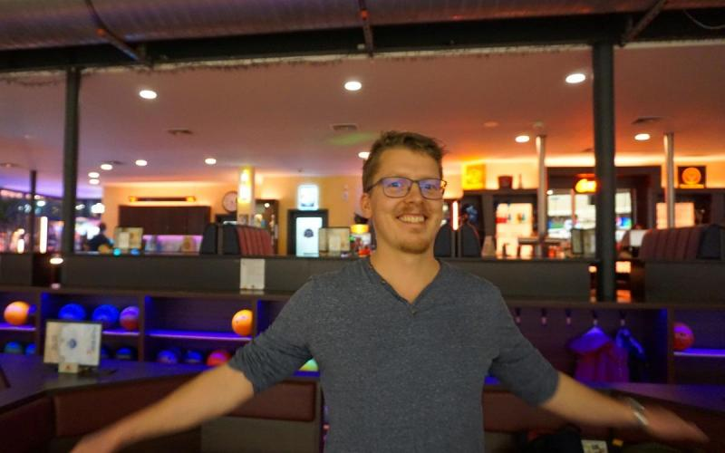 Münch+Münch Teamevent Bowling – Person vor Bowlingbar-Kulisse