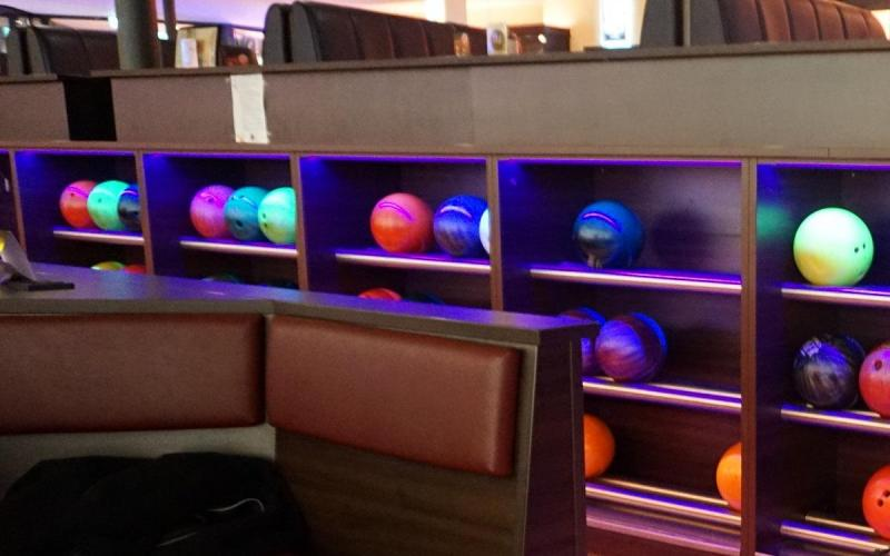 Münch+Münch Teamevent Bowling – Bowlingkugeln im Regal